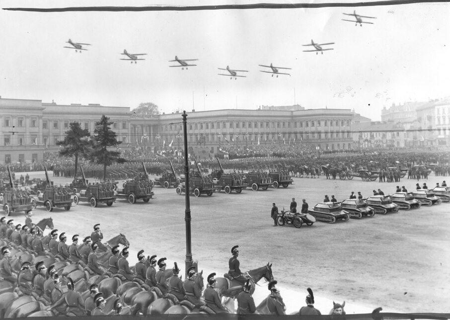 Defilada trzeciomajowa na placu Piłsudskiego, 1932 r.